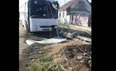 Un autobuz, cu pasageri la bord, a doborât un stâlp de electricitate, în Arad