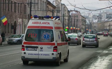 Ambulanță care transporta un pacient, lovită de o mașină. Un bărbat este în stare gravă