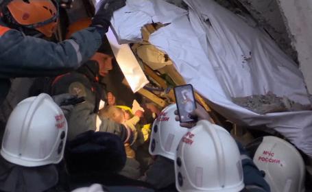Momentul în care un bebeluș a fost scos în viață de sub dărâmăturile blocului distrus în Rusia