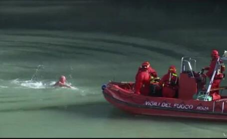 Un bărbat de 66 de ani a sărit în apa sloi a Tibrului, la Roma, conform tradiției de 1 ianuarie