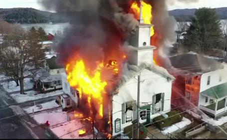 Momentul în care o biserică veche de un secol este distrusă de incendiu