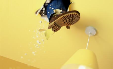 Un bărbat își urmărea fosta iubită printr-o gaură făcută în tavan