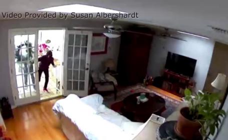 Momentul în care 3 hoți sparg casa unei femei. Proprietara a văzut totul pe telefon