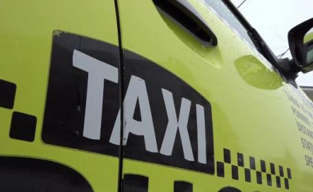 Taximetrist din Bârlad, ameninţat cu pistolul în trafic. Agresorii, supăraţi că nu au fost primiţi la petrecere