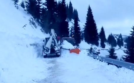 Avalanşă în Bucegi, pe o şosea. Un şofer s-a salvat în ultima clipă. VIDEO