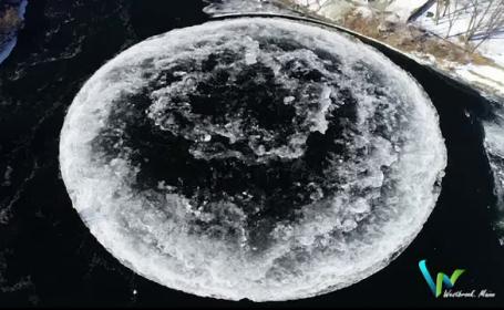 Fenomen spectaculos pe un râu în SUA: disc uriaș de gheață care se rotește