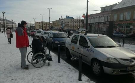 Bărbat în scaun cu rotile umilit de taximetriștii în gara din Cluj. A câta mașină l-a luat