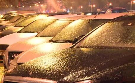 """Șoselele și trotuarele, patinoare după ploaia înghețată: """"Ne rupem picioarele"""""""