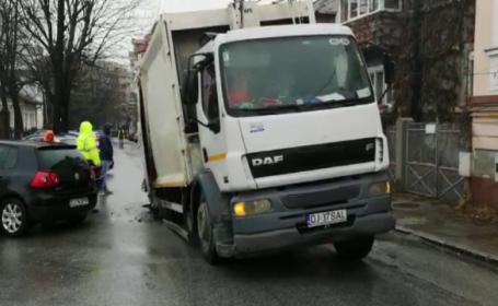 O șosea din Craiova s-a surpat sub greutatea unei mașini de gunoi