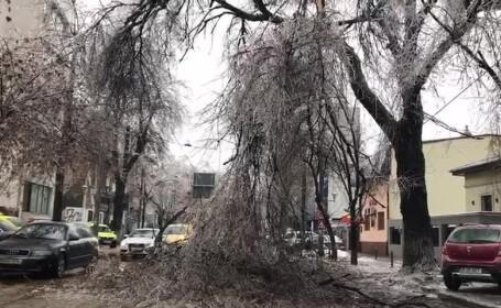 Șir de incidente în Capitală din cauza poleiului. 120 de mașini, avariate