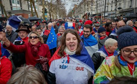 Protest al fularelor rosii la Paris