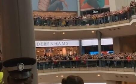 """Isterie la un mall, luat cu asalt de mii de tineri. """"Fetele din școala noastră sunt obsedate"""""""
