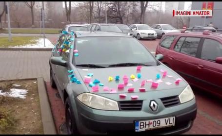 Surpriza trăită de un orădean în parcare. Mesajele găsite pe maşina sa