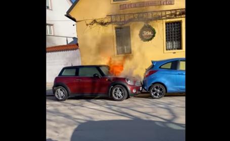 VIDEO viral. Momentul în care o mașină parcată ia foc și pornește de una singură de pe loc
