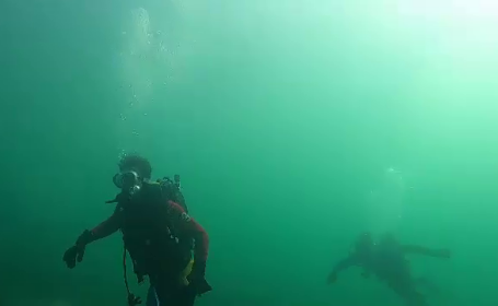 Turiştii care se scufundă în Marea Neagră în ianuarie. \