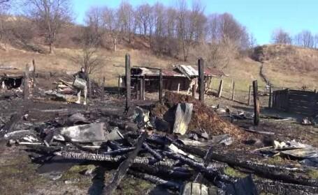 Un incendiu violent a mistuit întreaga gospodărie a unui bătrân din judeţul Neamț