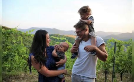 Un francez și o columbiancă au învățat să facă vin în Oltenia și și-au dezvoltat propria vinărie în Franța