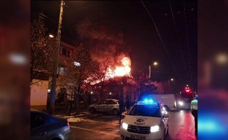 Incendiu puternic la o casă din Baia Mare. Flăcările au mistuit întreg acoperișul locuinței