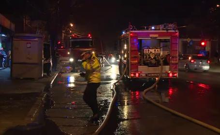 Panică în București, după ce acoperișul unei case a luat foc. Ce i-a încurcat pe pompieri