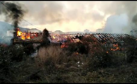 Incendiu de amploare la o clădire din Piatra Neamț. Focul a fost pornit intenționat