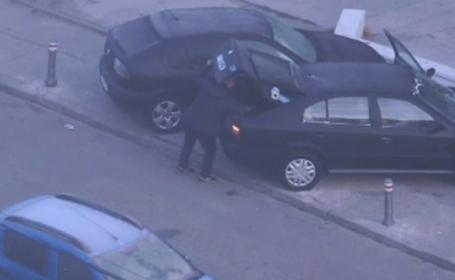 Metoda prin care un şofer îşi parca zilnic maşina într-un loc împrejmuit cu stâlpi