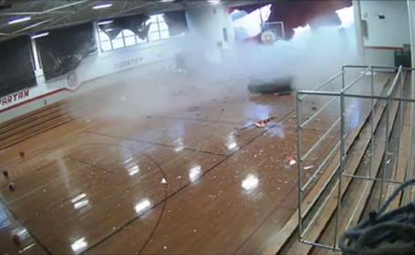 VIDEO. Momentul în care peretele unei școli în care se aflau elevi este spulberat de vânt
