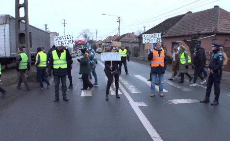 """Protest cu sute de oameni în Arad: """"Scoateți centura! E inadmisibil"""""""