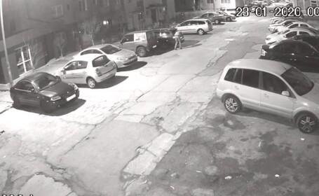 Bărbat filmat în timp ce dă foc mașinii unui polițist de la Rutieră