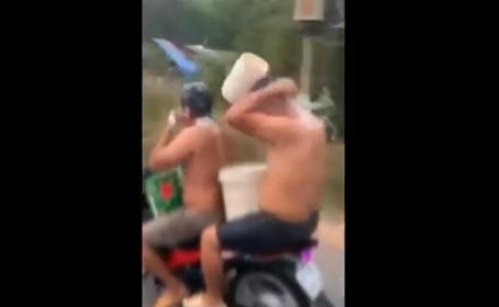 Ce au pățit 2 vietnamezi filmați spălându-se pe cap în timp ce mergeau cu motocicleta