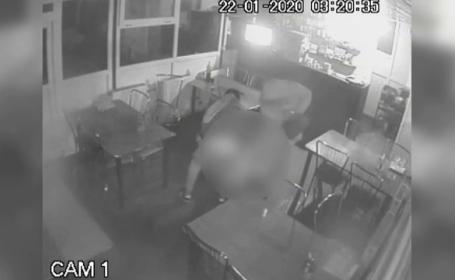 VIDEO. O barmaniţă din Vâlcea a fost bătută şi tâlhărita de doi agresori. I-au furat 1.100 de lei