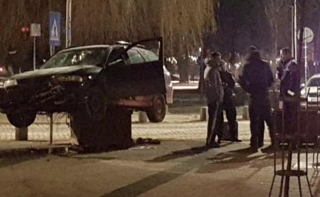 Imagini virale la Miercurea Ciuc. Cum a ajuns un șofer suspendat pe un ghiveci ornamental