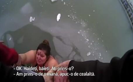 Momentul în care o femeie a fost salvată de polițiști dintr-un lac înghețat