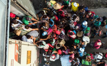 Aproape 300 de migranți mexicani, găsiți în două camioane la granița cu Statele Unite