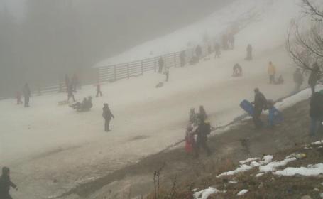 """Turiștii din Sinaia au avut parte și de o altă provocare în afară de ceață: """"Trebuie să facem slalom printre gunoaie"""""""