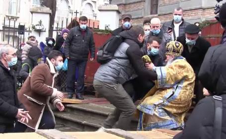 ÎPS Teodosie s-a împiedicat și a căzut în timpul slujbei de sfințire a apei de Bobotează