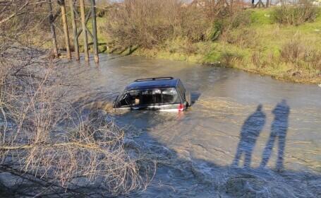 Zeci de localități, afectate de inundații. O persoană, blocată cu mașina în albia unui râu. GALERIE FOTO