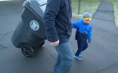Un băiețel de 3 ani a devenit ajutor de gunoier. \