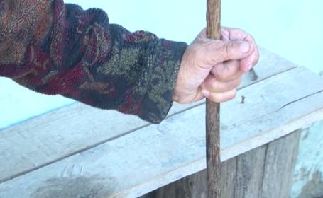 Bătrână de 80 de ani din Bacău, tâlhărită și violată de un adolescent. A stat cu ea toată noaptea