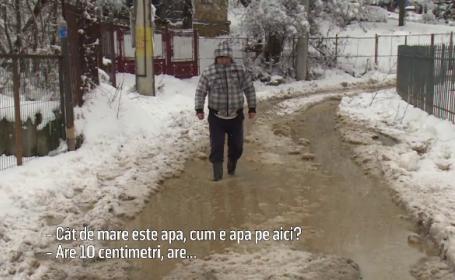 Cum arată drumurile dintr-o comună dămbovițeană unde a început asfaltarea. Constructorul, surprins că a nins iarna