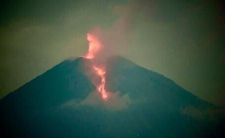 Vulcanul indonezian Semeru a început să erupă. Coloane de fum de până la 5.600 de metri