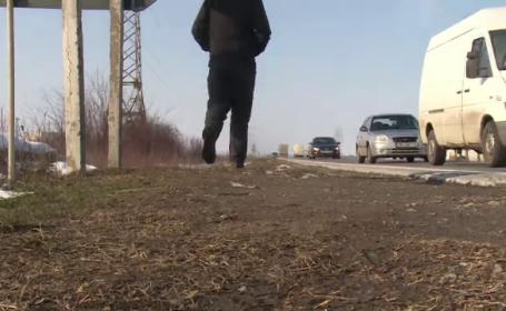 Barbat pe marginea drumului