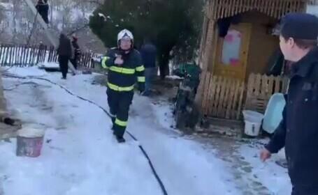 O casă a ars în Dâmbovița, din cauza coșului sobei. Cât a durat intervenția pompierilor