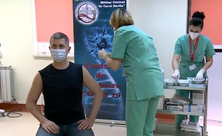 Dan Barna, în tricou negru fără mâneci la vaccinare. Vicepremierul, îmbrăcat ca un adolescent