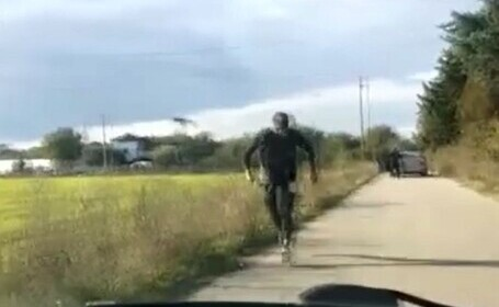 Urmărire spectaculoasă în Dâmbovița. Un tânăr jefuit de tâlhari a condus kilometri întregi pe urmele lor. VIDEO