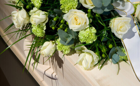 O femeie a apărut nevătămată la 9 zile după ce rudele au înmormântat-o, știind că are Covid-19