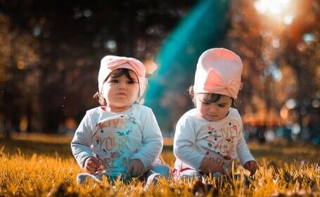 (P) Dublă bucurie, dar și dublă provocare: cum arată cărucioarele de bebeluși pentru gemeni?
