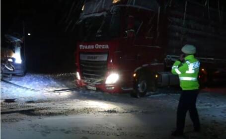 Viscolul a făcut prăpăd în Dobrogea. TIR-uri și zeci de mașini blocate în nămeți,până s-au închis drumurile