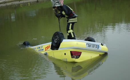 A confundat frana cu acceleratia si a ajuns direct in lac!