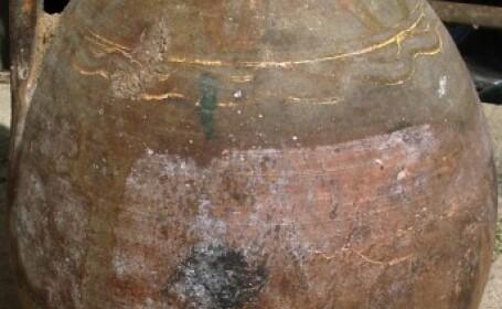 Dadea cu tarnacopul in curte cand a descoperit un vas vechi de 3.000 de ani