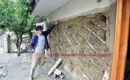 O bucata din podul rutier de la Dornesti a cazut in raul Suceava